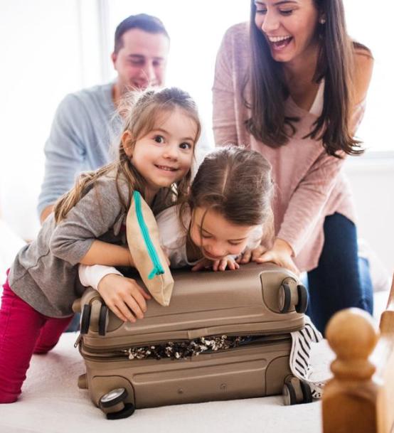 famille qui ferme une valise